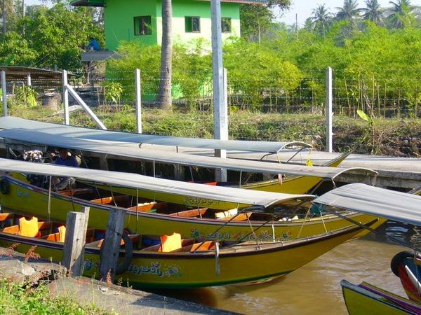 日よけが付いたボート