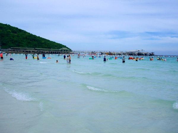 遠浅ビーチで海水浴