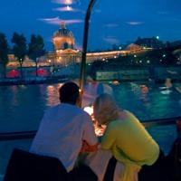 船内から眺めるパリの観光スポット