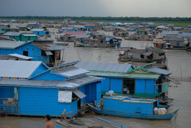 カンボジア最大の湖で生活する人々