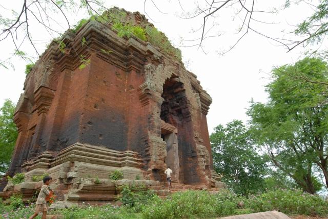 「ラテライトとレンガで造られた」プノンダー寺院