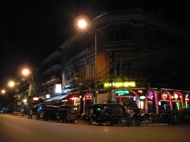 昼間とは一味違う夜の街並み