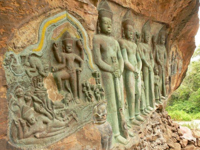 プーンコムヌーで一番大きい遺跡「神々」の彫刻