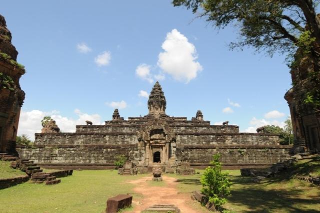 「アンコール初のピラミッド寺院」バコン