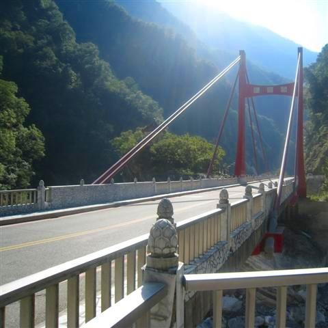 峡谷を渡る橋