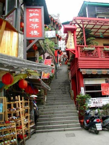 階段が続くので、歩きやすい靴でご参加ください