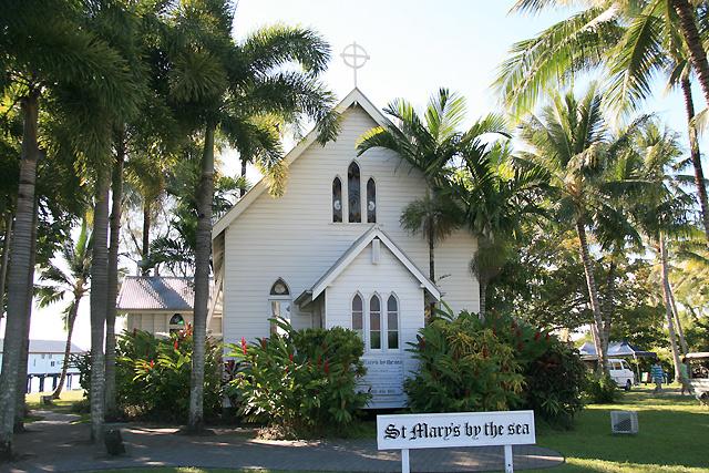 ポートダグラスの町中にある小さな教会