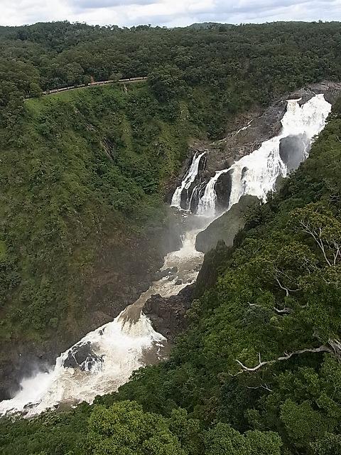 列車と滝が同時に見られることも