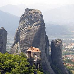 垂直に切り立った岩の上に建つルサヌー修道院