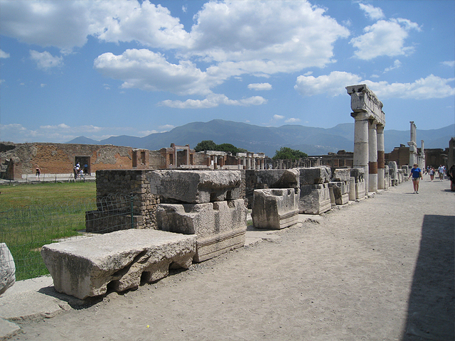 町の中心にあるゼウス神殿前のフォルム