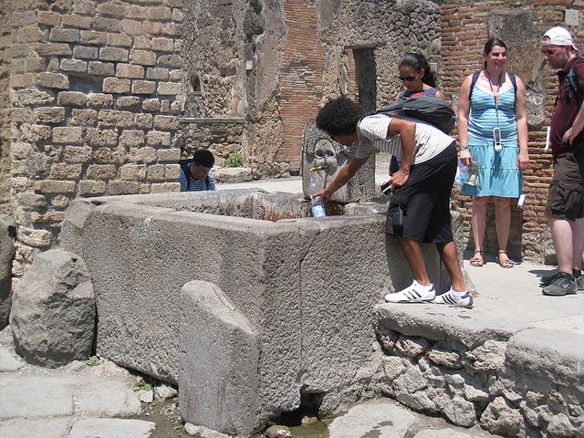 道路の途中にある水飲み場 古代も町中には水道が張り巡らされていました