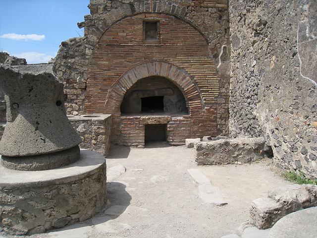 古代の飲食店の厨房 石臼と焼き釜(現在と基本的な形状は同じ)