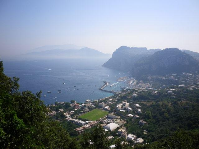 地中海を臨む高台にある町