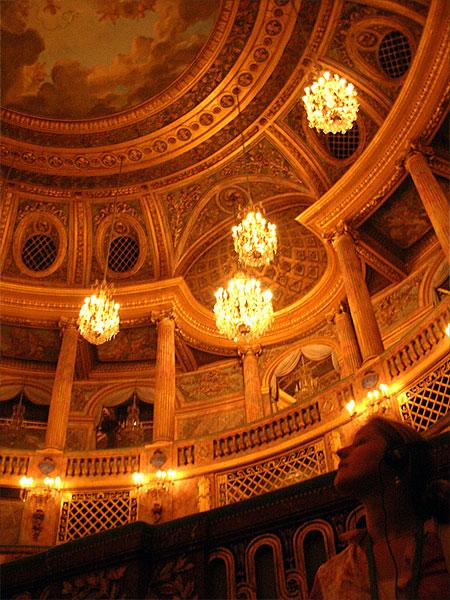 ヴェルサイユ宮殿内、王室オペラ劇場の豪華な内装