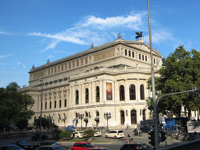 1880年に完成し、ワーグナーの最新作が上演された歌劇場