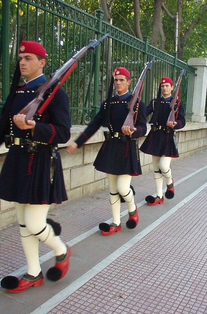 衛兵(民俗衣装フスタネーラの制服)