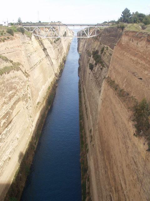 コリントス運河(水面幅23メートル・深さ8メートル)