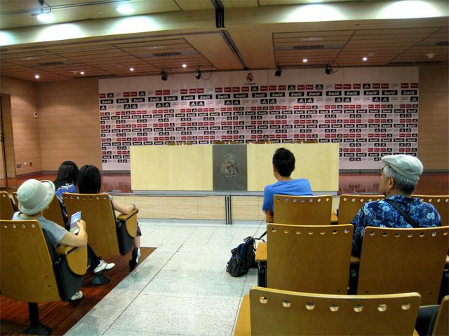 プレスルーム 試合後の記者会見はここで行われてます