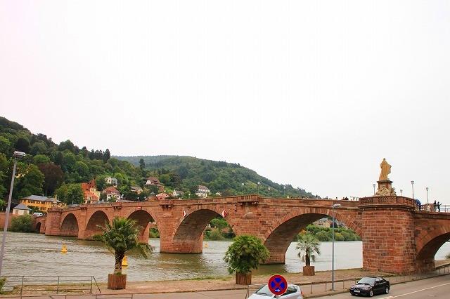 ネッカー川にかかる古く美しい橋、アルテ・ブリュッケ
