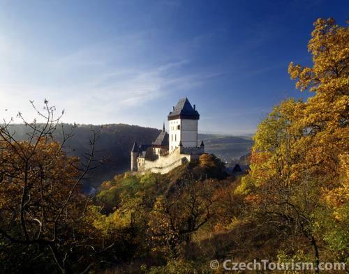 周囲の風景から際立つカルルシュテイン城