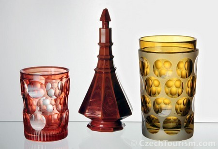 緻密で繊細なカッティングのボヘミアンガラス