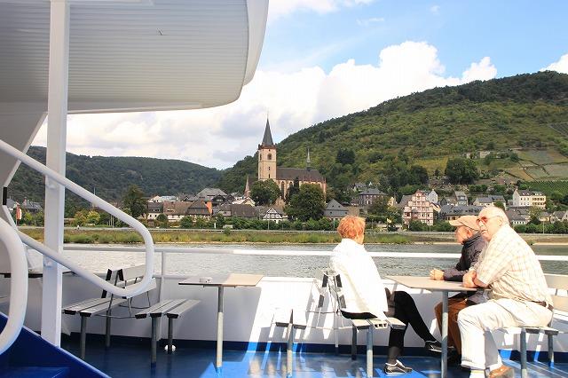 ライン川沿いの町バッハラッハの聖ペトロ教会を眺めながら。