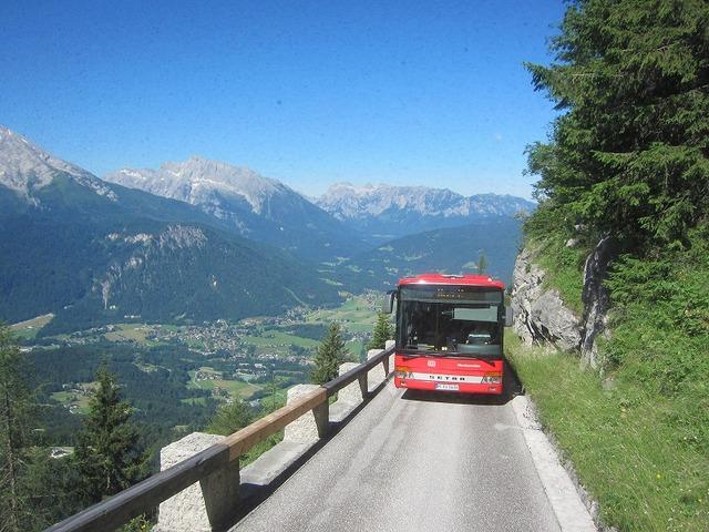 上り口から特別バスに乗り換えて山頂エレベーターへ