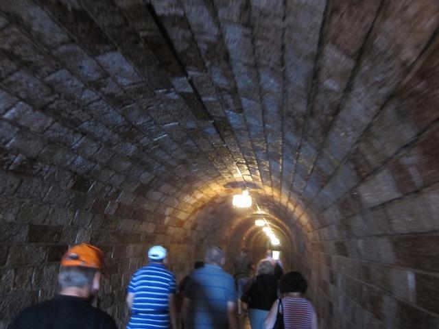 トンネルを歩いて特別エレベーターへ
