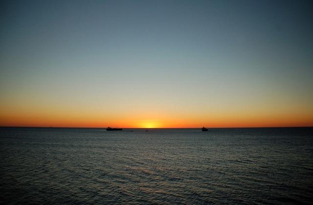 水平線の向こうに沈む太陽
