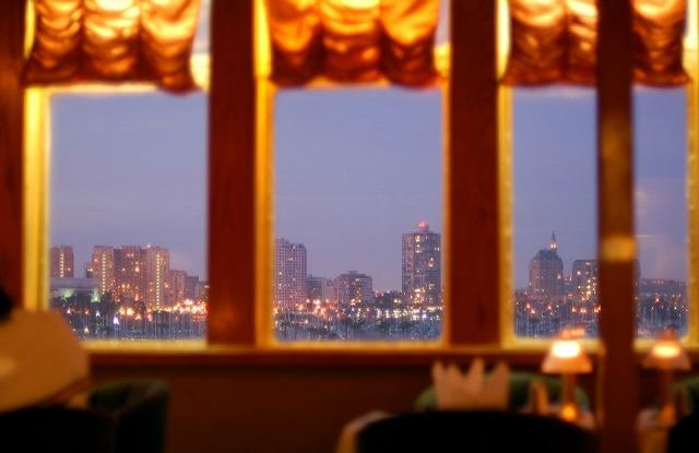 レストランから外の景色を眺める