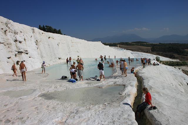 青い空に映える真っ白な石灰岩