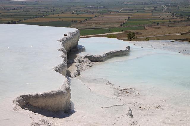温泉水が山から流れてプールを作っているんですって!