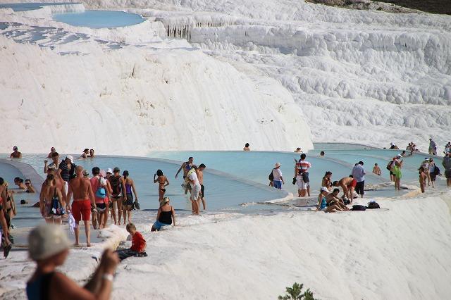 見渡すと石灰岩の白と温泉水の澄んだ青