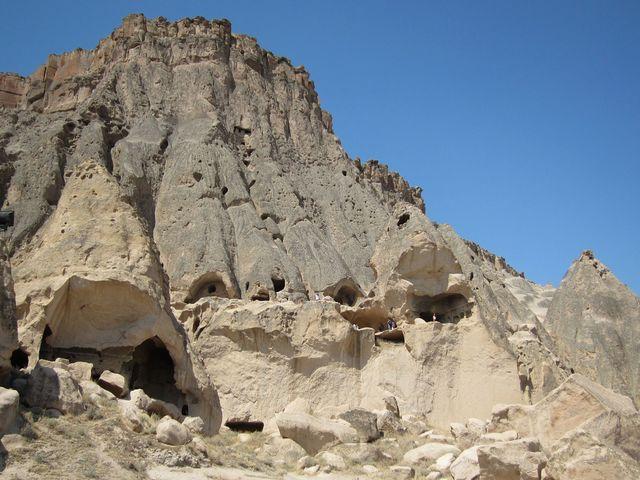 大きな岩山を掘ぬかれて作られた「セリメ修道院」