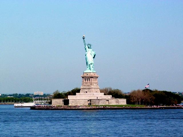 船上から自由の女神を望む