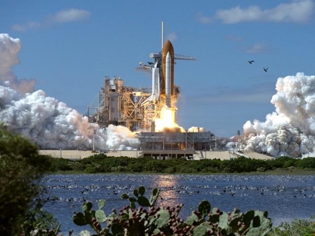 湖の近くのスペースシャトル