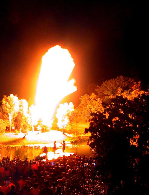 伝統的な方法で熾した火は20mほどの火柱に!