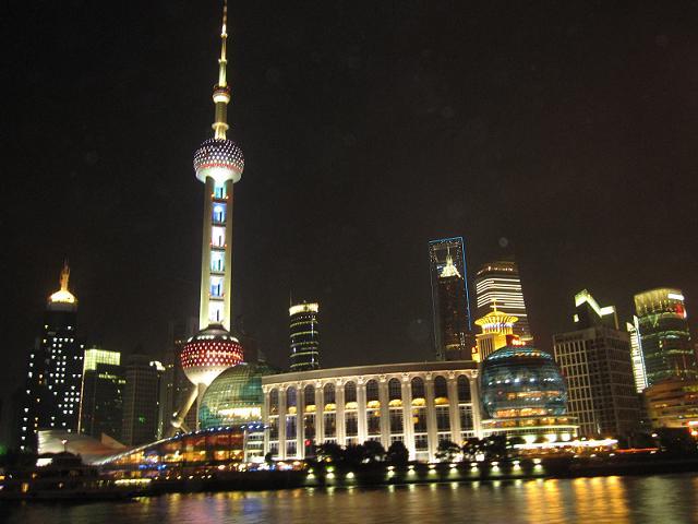 浦東の近未来的なビル群のライトアップ