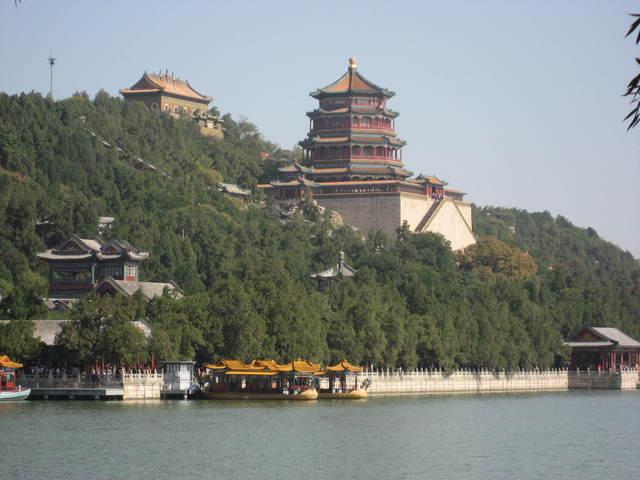 昆明湖から頤和園のシンボル仏香閣を望む