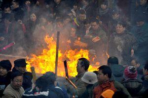 チベット仏教寺院・雍和宮の参拝者たち