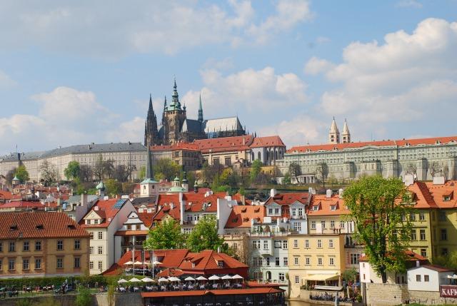 遠くからの眺めもすばらしいプラハ城