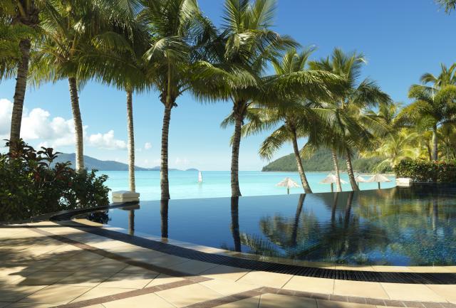 リゾートのプールはキャッツアイビーチが目の前!