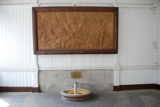 カルロヴィ・ヴァリの温泉発見のレリーフ