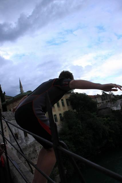 スタリモストからネレトヴァ川への飛び込む若者