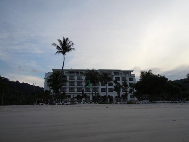 ビーチからのホテル全体