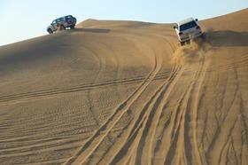 [日本人ガイド] 大人気!4WD砂漠サファリ+ベリーダンスを鑑賞しながらアラブ風ビュッフェディナー!!