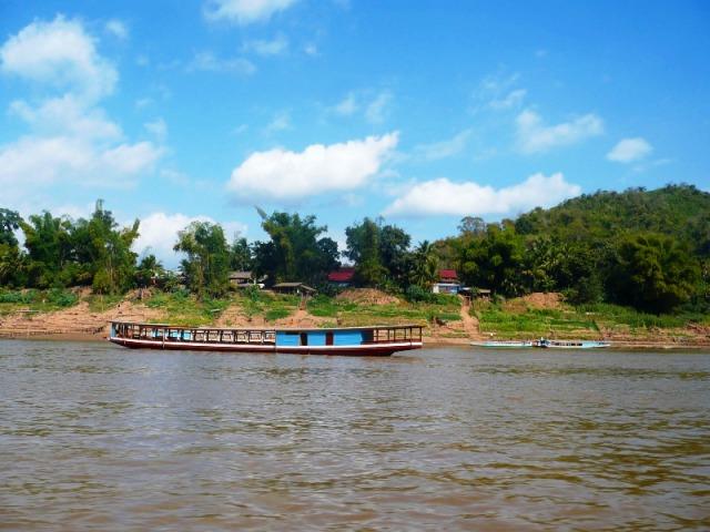 メコン川クルーズとルアンパバーン市内観光