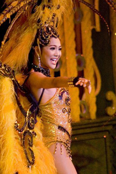 タイ古典舞踊とニューハーフショー
