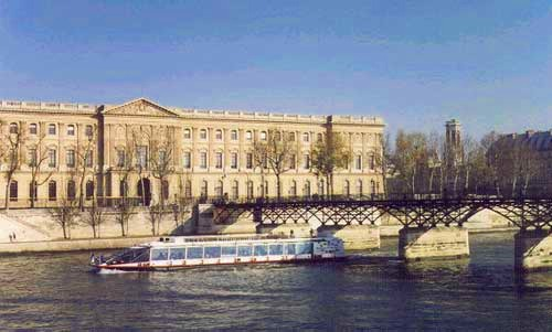 ミニバスで行く!!パリ市内観光+セーヌ川クルーズ&エッフェル塔でのランチ付半日ツアー