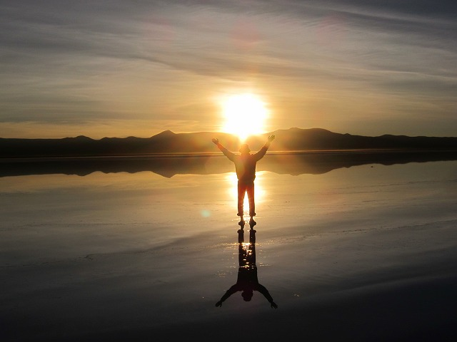 ウユニ塩湖から拝むサンライズ